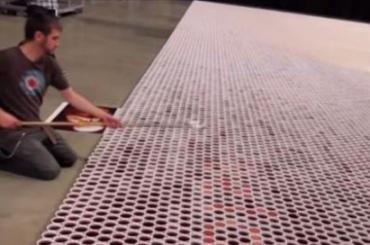 Punio čaše vodom i redao ih: Poredao preko 60 hiljada čaša pune vode, odzumirao kameru i onda pokazao skriveno djelo…