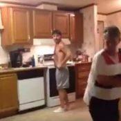 Sin je rekao mami da dođe u kuhinju: Uradio nešto zbog čega nećete moći prestati gledati ovaj video
